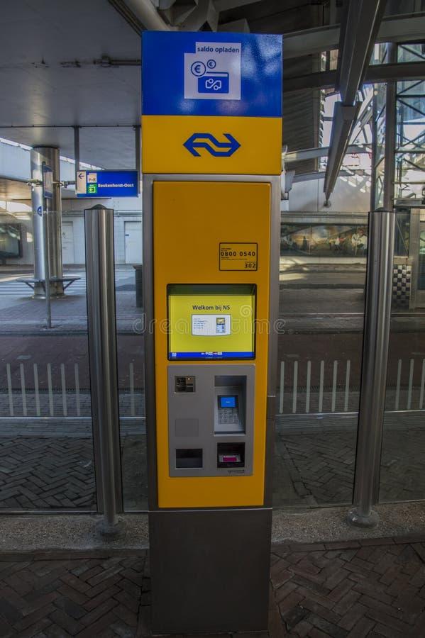 NS som laddar det offentliga Tranport kortet på drevstationen på Hoofddorp Nederländerna royaltyfri foto