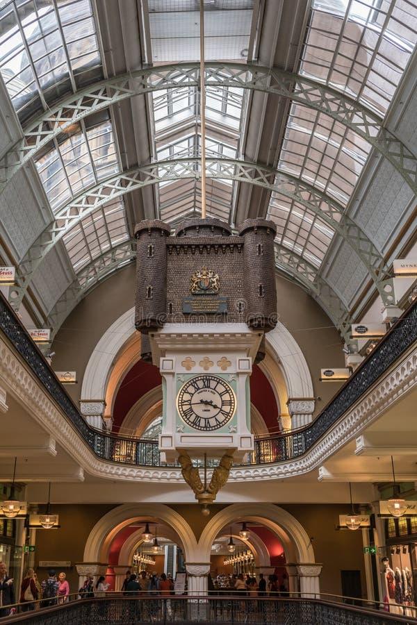 Nside Victoria Shopping Mall, Sydney Australia del trabajo del reloj imagen de archivo
