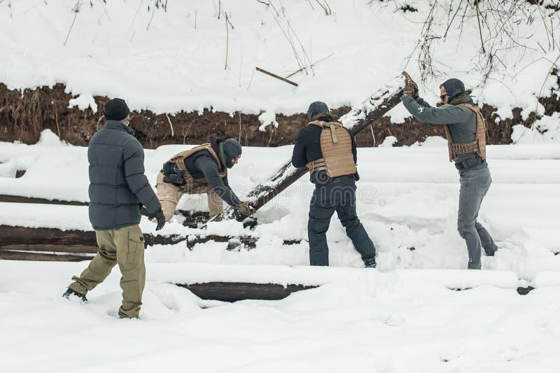 Nstructor e os soldados do ex?rcito t?m o treinamento com madeira enorme do chump fotografia de stock royalty free