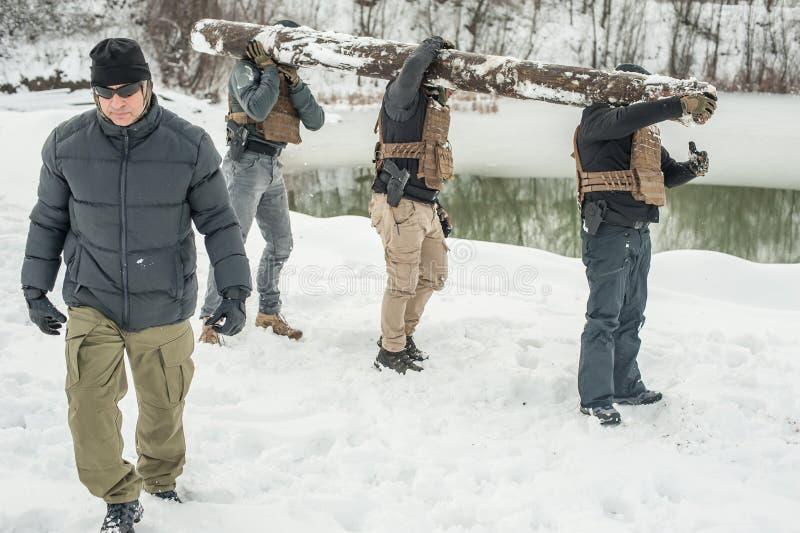 Nstructor och arm?soldater har utbildning med enormt chumptr? royaltyfri fotografi