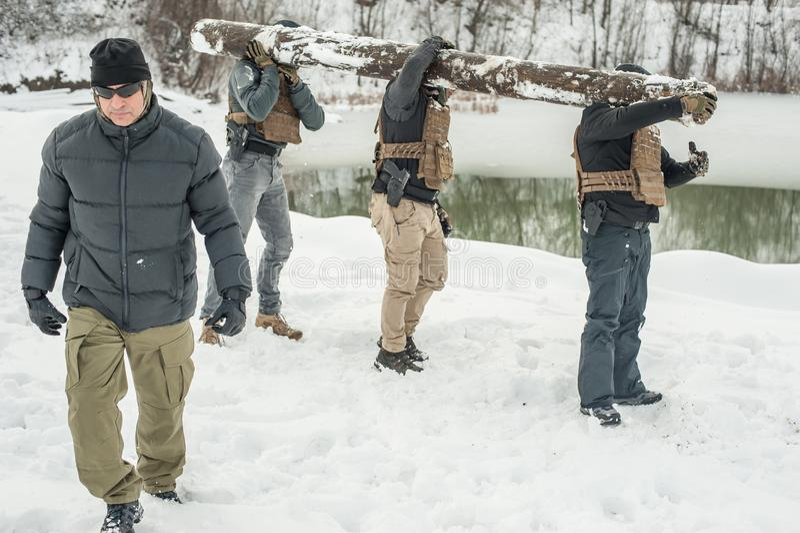 Nstructor y los soldados del ej?rcito tienen entrenamiento con madera enorme del zoquete fotografía de archivo libre de regalías