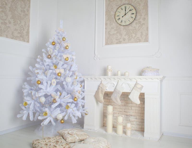 Nterior moderno da chaminé com árvore de Natal e dos presentes no branco imagens de stock