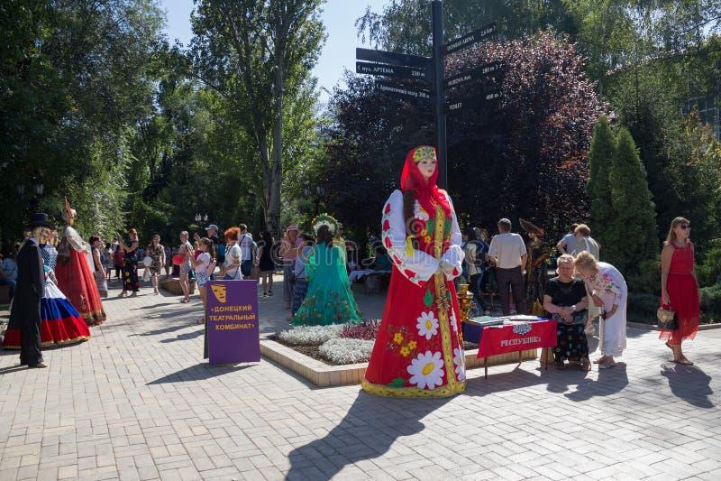 Ntone'tsk, Ουκρανία - 26 Αυγούστου 2018: Το θηλυκό μανεκέν έντυσε στο ρωσικό λαϊκό κοστούμι στη λεωφόρο Pushkin στοκ φωτογραφία με δικαίωμα ελεύθερης χρήσης