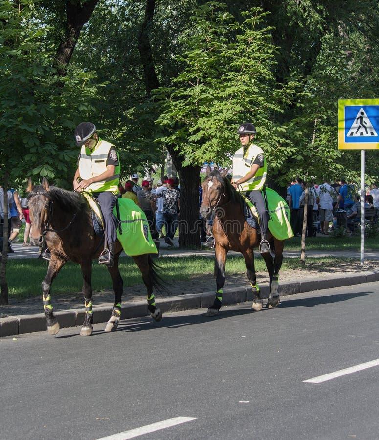 Ntone'tsk, Ουκρανία - 11 Ιουνίου 2012: Αστυνομία στην πλάτη αλόγου που επιτηρεί τις οδούς στοκ εικόνες με δικαίωμα ελεύθερης χρήσης