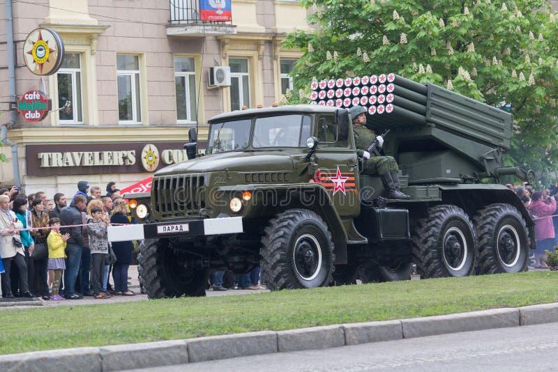 Ntone'tsk, Ουκρανία - 9 Μαΐου 2017: Πολλαπλάσιο σύστημα BM-21 πυραύλων έναρξης στρατός της Δημοκρατίας ανθρώπων ` s του Ntone'tsk στοκ φωτογραφίες