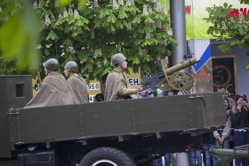 Ntone'tsk, Ουκρανία - 9 Μαΐου 2017: Reconstructors υπό μορφή στρατιωτών του κόκκινου στρατού με ένα πολυβόλο στοκ φωτογραφίες