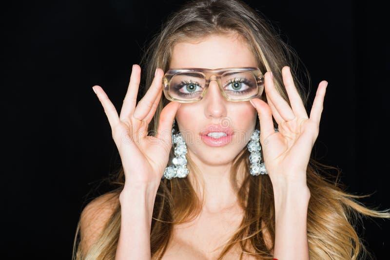 Nu kan ik u goed zien Sensuele de manierglazen van de vrouwenslijtage Vrouw met overdreven ogen Nerdmeisje met funky blik schoonh stock foto