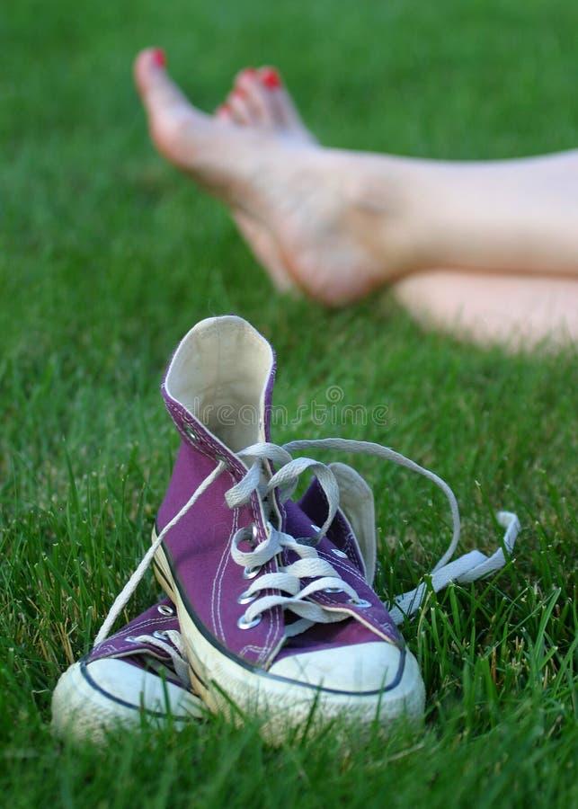 Nu-pieds dans l'herbe photo libre de droits