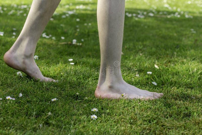 Nu-pieds par l'été images stock