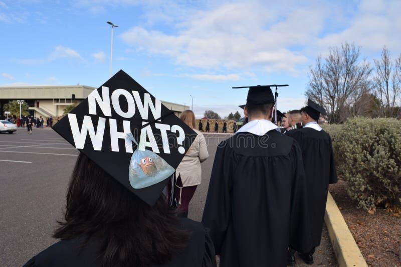 Nu vilket mortelbräde på högskolakandidat royaltyfria foton