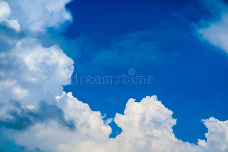 nuage énorme blanc en ciel bleu d'espace libre d'été au-dessus de l'océan images libres de droits