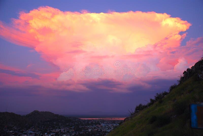 Nuage énorme de coucher du soleil rose de dramatis photo stock