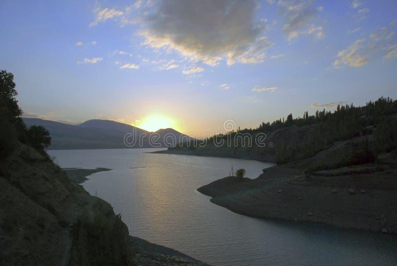 Nuage au-dessus du lac au crépuscule image stock