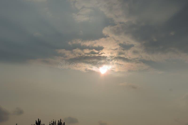 Nuage avec le soleil images stock