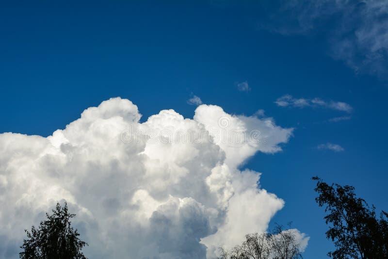 Nuage blanc contre le ciel bleu photographie stock
