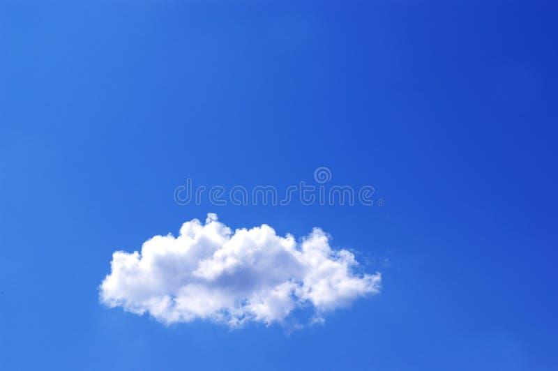 Nuage blanc dans un ciel bleu images libres de droits