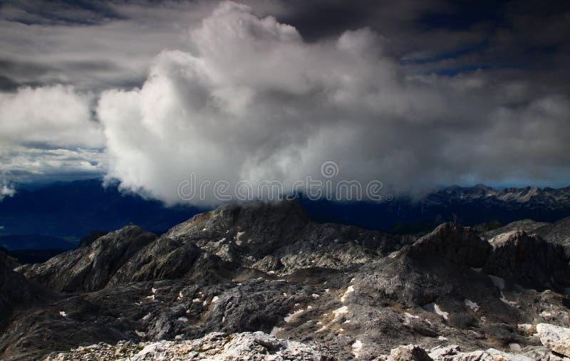 Nuage blanc pelucheux au-dessus de plateau de Hribarice, Julian Alps images stock