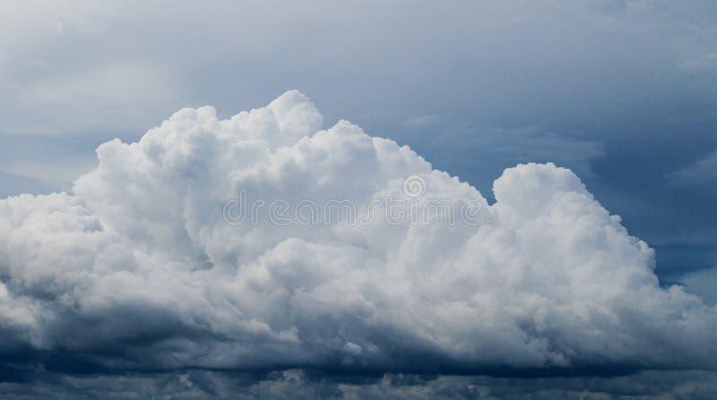 Nuage blanc sur le ciel bleu Fond de photo de Cloudscape photographie stock