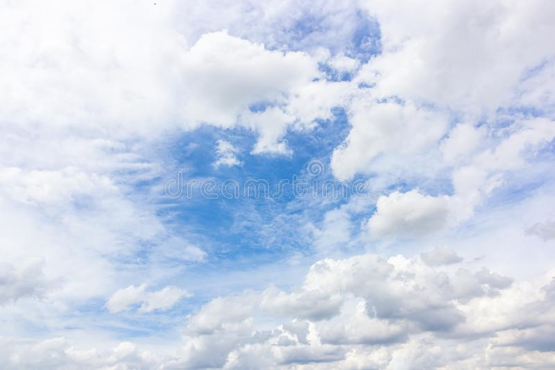 Nuage blanc sur le fond de ciel bleu photo libre de droits