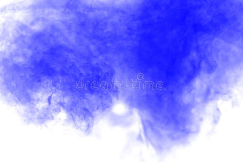 Nuage bleu d'explosion de poudre de couleur d'isolement sur le fond blanc image stock