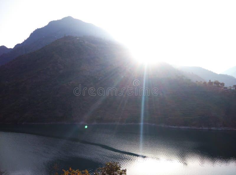 Nuage bleu de lumière du soleil de collines de montagnes de glace de rivière de visite de voyage de manali de Kullu de passage de photographie stock