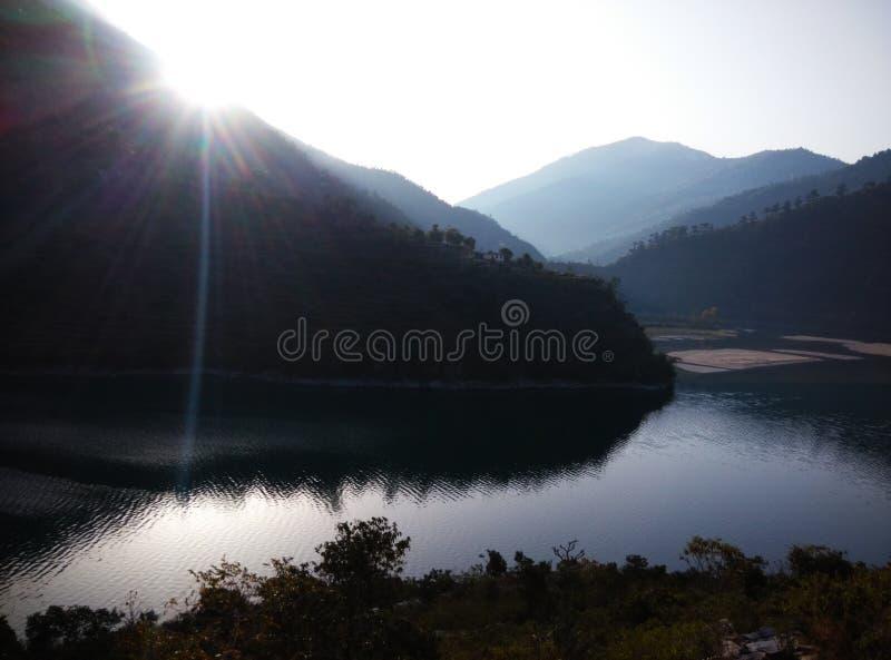 Nuage bleu de lumière du soleil de collines de montagnes de glace de rivière de visite de voyage de passage de rohtang de manali  images stock