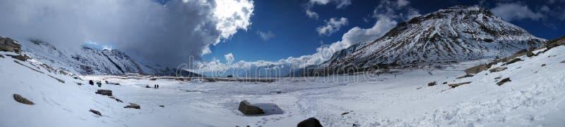 Nuage bleu de lumière du soleil de collines de montagnes de glace de visite de voyage de manali de Kullu appréciant l'Inde d'envi photographie stock