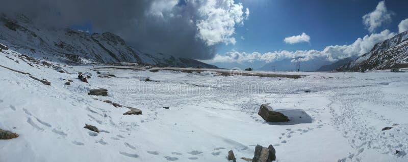 Nuage bleu de lumière du soleil de collines de montagnes de glace de visite de voyage de manali de Kullu appréciant l'Inde d'envi photo libre de droits