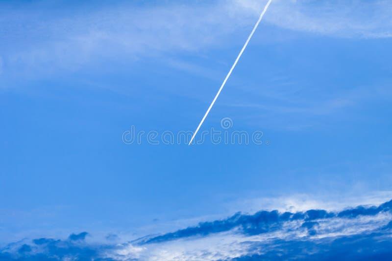 Nuage clair d'avion de ciel Lignes blanches avions ? r?action d'espace vide semblables de fum?e Dos de ciel de nuage dans le ciel photos libres de droits