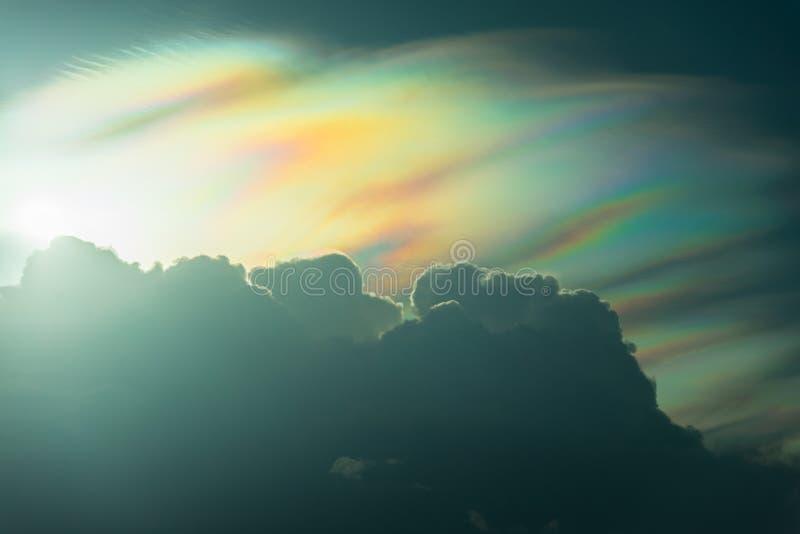 Nuage d'arc-en-ciel le temps de coucher du soleil avec la belle lumière du soleil de spectre photos stock