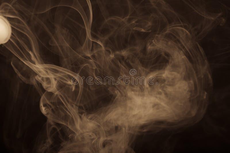 Nuage de fumée sur le fond noir Foyer sélectif toned images libres de droits