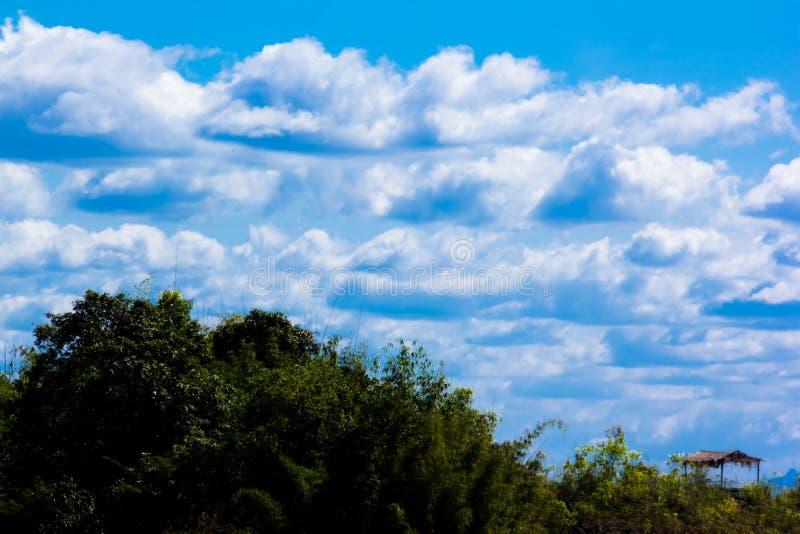Nuage de montagne de ciel de Bule photographie stock libre de droits