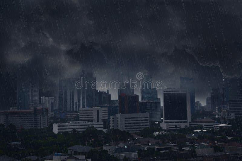 Nuage de pluie foncé avec la tempête de foudre images libres de droits
