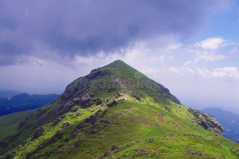 Nuage de Purpl autour du sommet de montagne image libre de droits