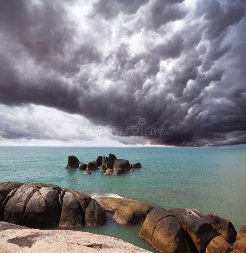 Nuage de tempête au-dessus de la mer méridionale images libres de droits