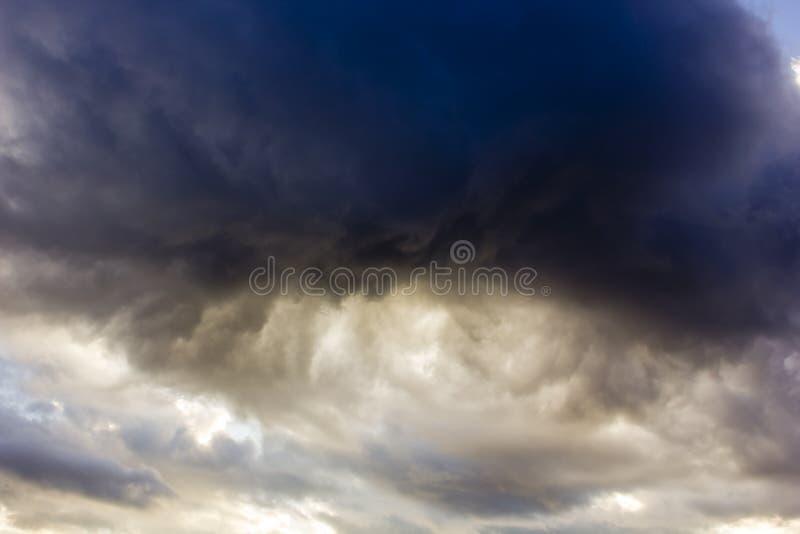Nuage de tempête foncé de cumulus images stock