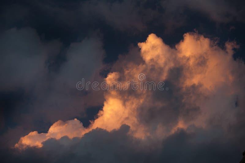 Nuage de tempête mis en valeur par Sun photographie stock libre de droits