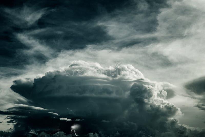 Nuage de tempête ou ciel nuageux d'obscurité de forte pluie photos libres de droits