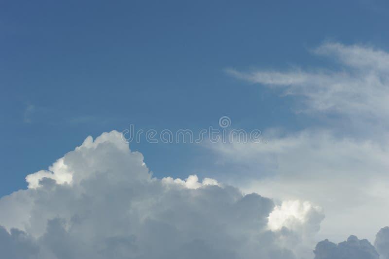 Nuage dramatique dans le ciel photographie stock libre de droits