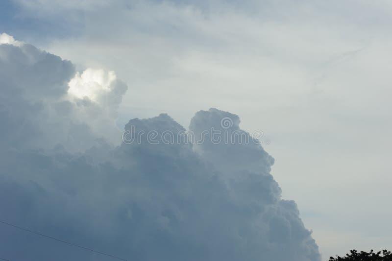Nuage dramatique dans le ciel images libres de droits