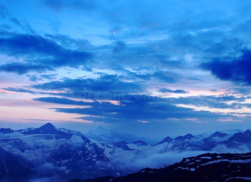 Nuage et brouillard sur la haute montagne photos libres de droits