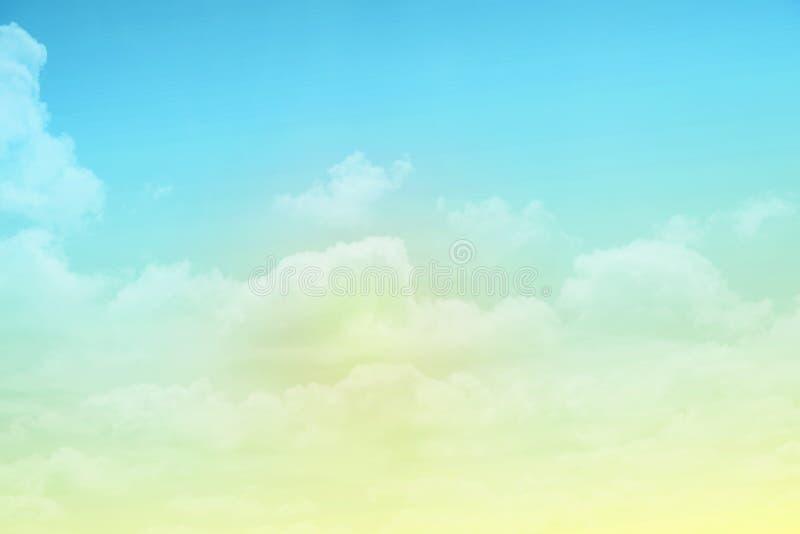Nuage et ciel d'imagination avec la couleur en pastel de gradient photographie stock libre de droits