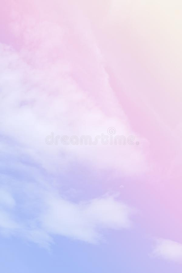 Nuage et ciel mous colorés avec la couleur en pastel de gradient pour le contexte et la carte postale de fond photo stock
