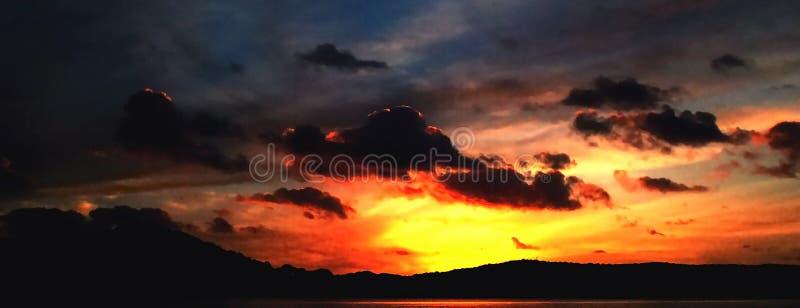 Nuage foncé orageux de stratocumulus dans un ciel lumineux de coucher du soleil images stock