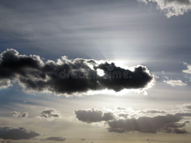 Nuage foncé sur le ciel dans le contre-jour photos stock