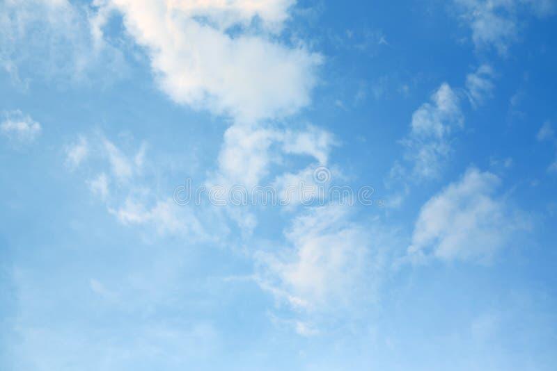 Nuage gonflé sur le fond de ciel bleu images stock