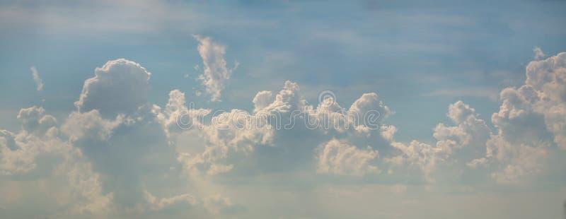 Nuage gonflé sur le fond de ciel bleu photographie stock libre de droits