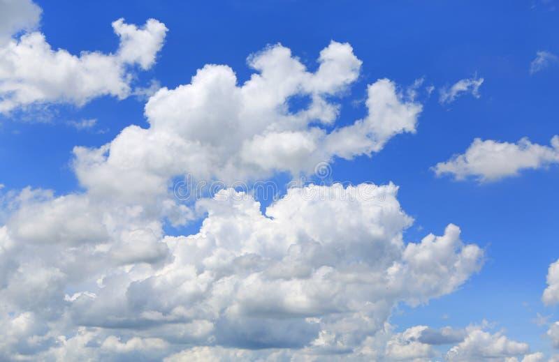Nuage gonflé sur le fond de ciel bleu photos stock