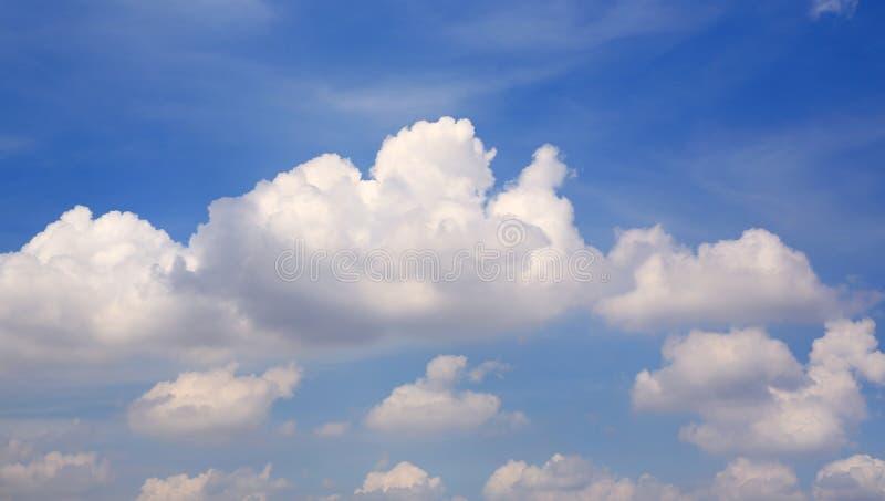 Nuage gonflé sur le fond de ciel bleu image stock