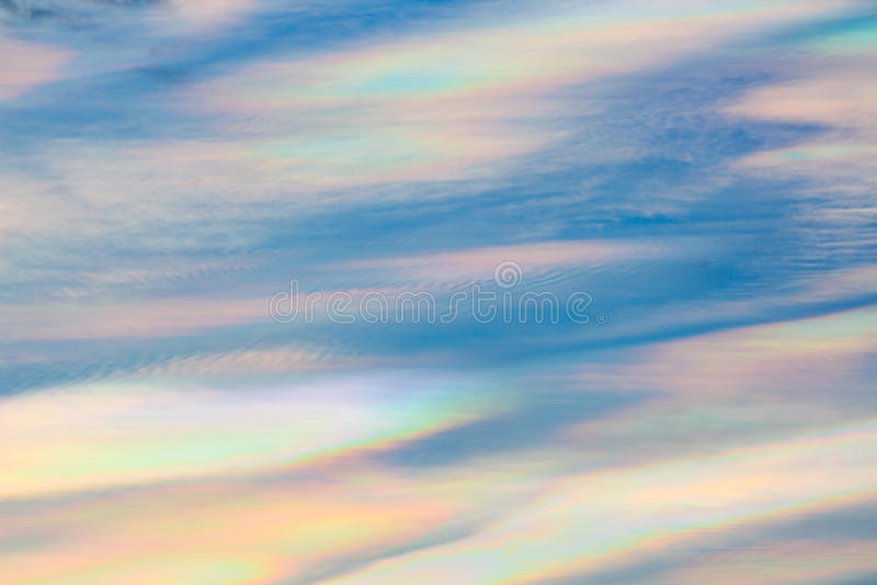 Nuage iridescent coloré, beau nuage d'arc-en-ciel image stock
